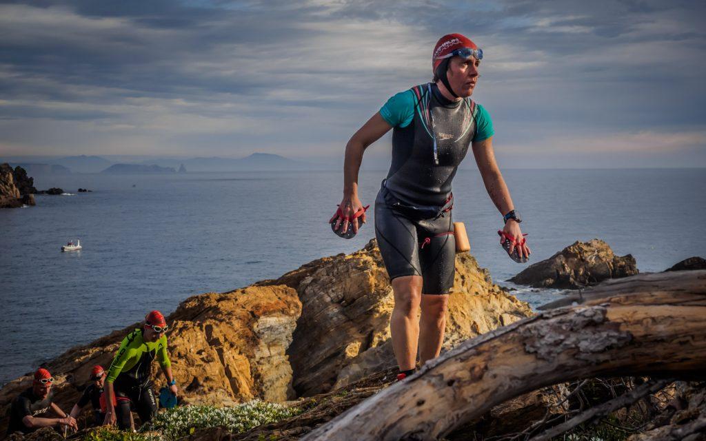 Participant de la SwimRun a les roques amb les Illes Medes de fons (Costa Brava)